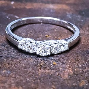 Five diamonds Trellis ring